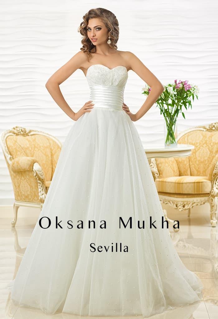 Романтичное свадебное платье с лифом-сердечком и атласным поясом.