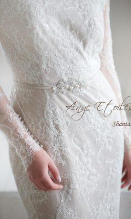 Закрытое свадебное платье с короткой баской из кружева и воротником-стойкой.