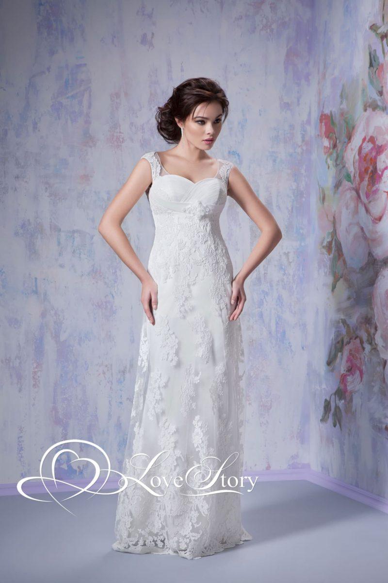 Облегающее свадебное платье с чувственным лифом и полупрозрачными бретелями.