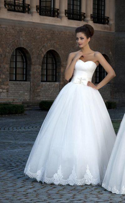 Притягательное свадебное платье с широким поясом, лифом в форме сердца и кружевом по низу подола.