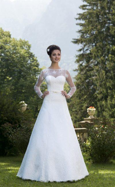Элегантное свадебное платье с полупрозрачными рукавами и узким атласным поясом с бантом.