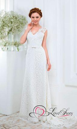 Прямое свадебное платье с широким V-образным вырезом, обрамленным кружевом.