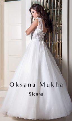 Торжественное свадебное платье с кружевным верхом и вырезом под горло.