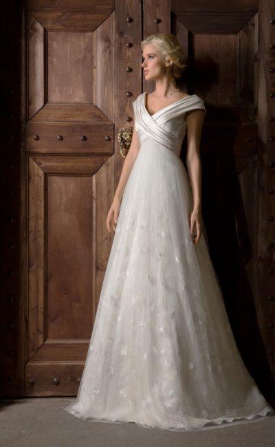 Свадебное платье А-силуэта с широким V-образным декольте, оформленным атласной тканью.