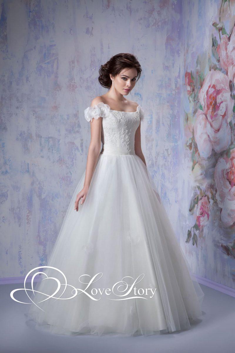 Свадебное платье с изящными пышными бретельками на предплечьях и юбкой А-кроя.