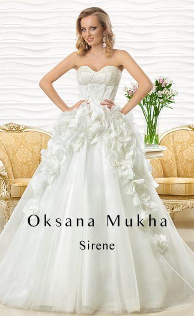 Эксцентричное свадебное платье с лифом в форме сердца и объемным декором верха подола.