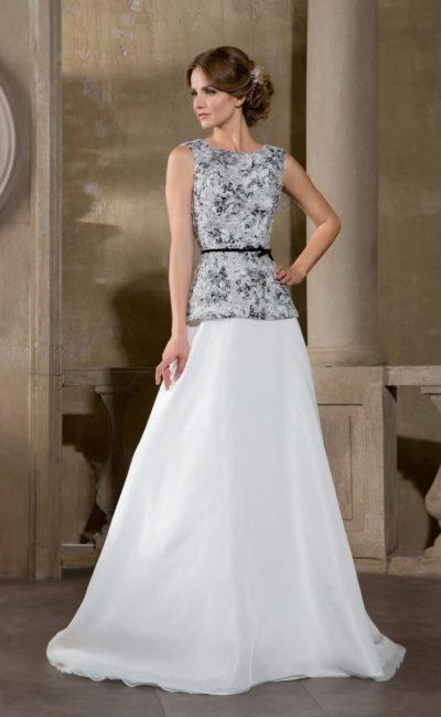 Оригинальное свадебное платье с контрастным декором лифа и короткой баской.