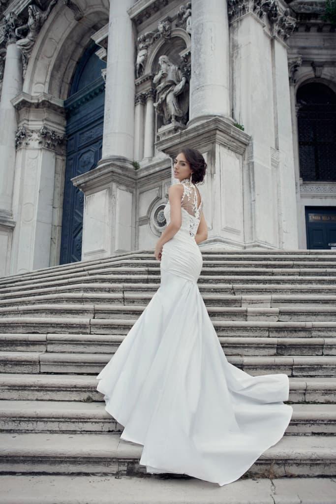 Роскошное свадебное платье облегающего кроя с кружевной отделкой лифа и полупрозрачной спинкой.