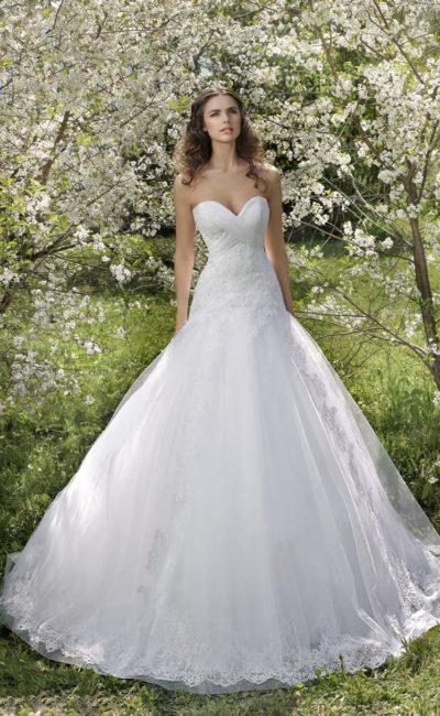 Свадебное платье с заниженной линией талии и открытым лифом в форме сердечка.