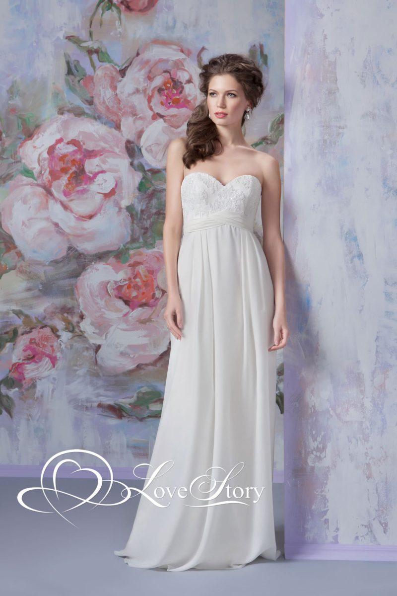 Прямое свадебное платье с мерцающей вышивкой на лифе и завышенной талией.