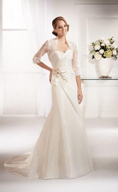 Атласное свадебное платье прямого кроя с кружевным болеро с длинными рукавами.