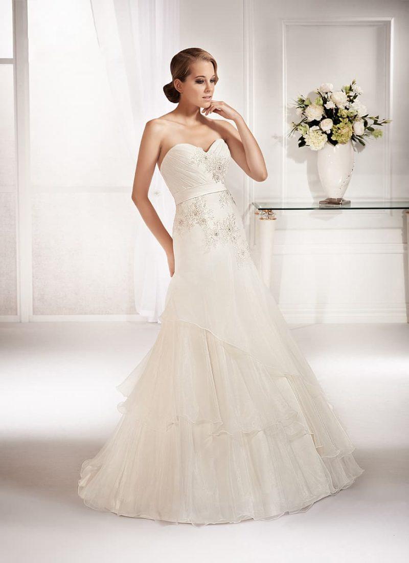 Свадебное платье «рыбка» с многоярусной юбкой и вышивкой по открытому корсету.
