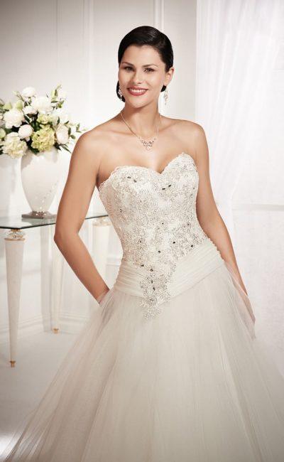 Пышное свадебное платье в традиционном стиле, с открытым корсетом, украшенным вышивкой.