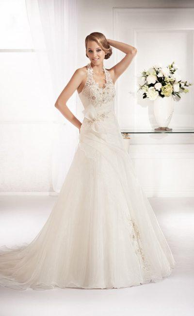 Свадебное платье А-силуэта с фактурным верхом, узкими бретелями и многослойной юбкой.