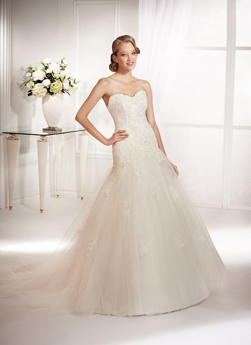 Открытое свадебное платье с фигурным лифом и фактурными аппликациями на корсете.
