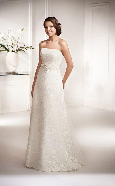 Утонченное свадебное платье с кружевной отделкой по всей длине, подчеркивающее декольте изящным лифом.