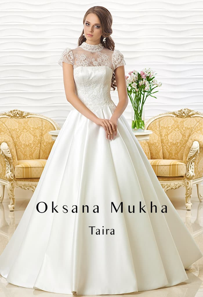 Изысканное свадебное платье с атласной юбкой и коротким кружевным рукавом.