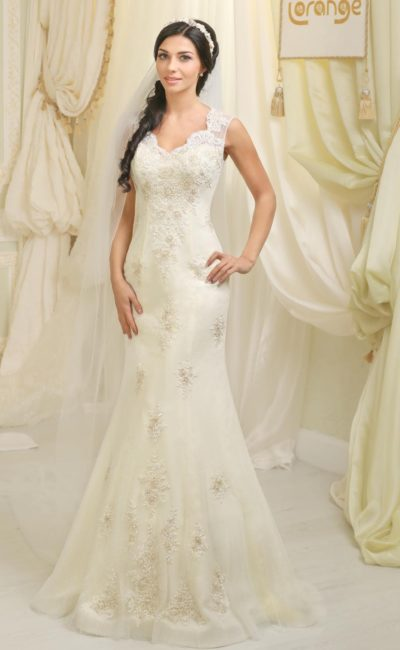 Свадебное платье «рыбка» с кружевной отделкой и небольшим V-образным вырезом.