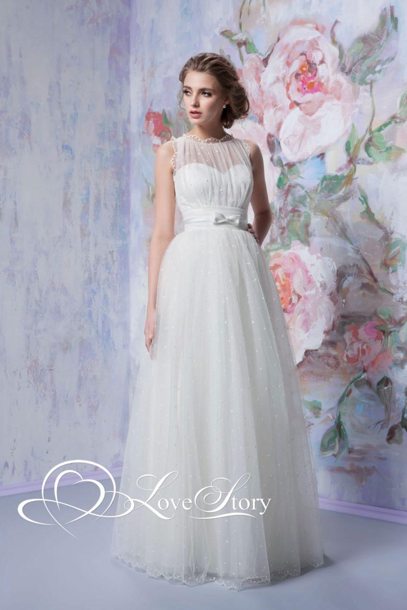 Романтичное свадебное платье, покрытое прозрачной тканью в мелкий горошек.
