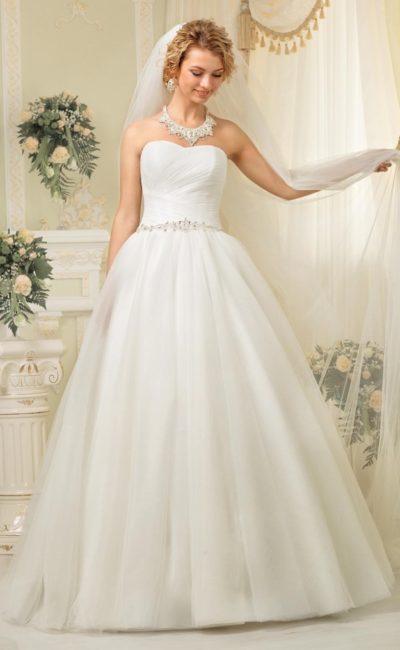 Торжественное свадебное платье с лаконичным открытым лифом и бисерным поясом на талии.