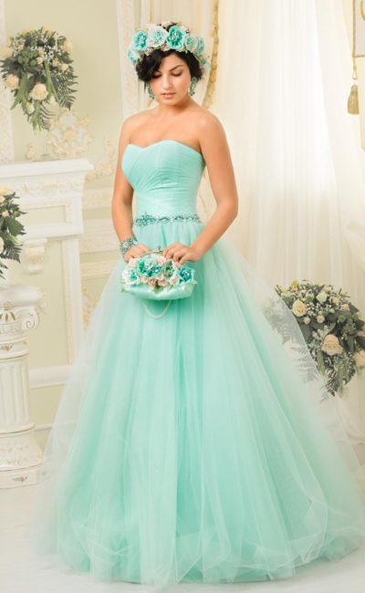 Необычное свадебное платье мятного цвета с открытым лифом в форме сердца и пышной юбкой.