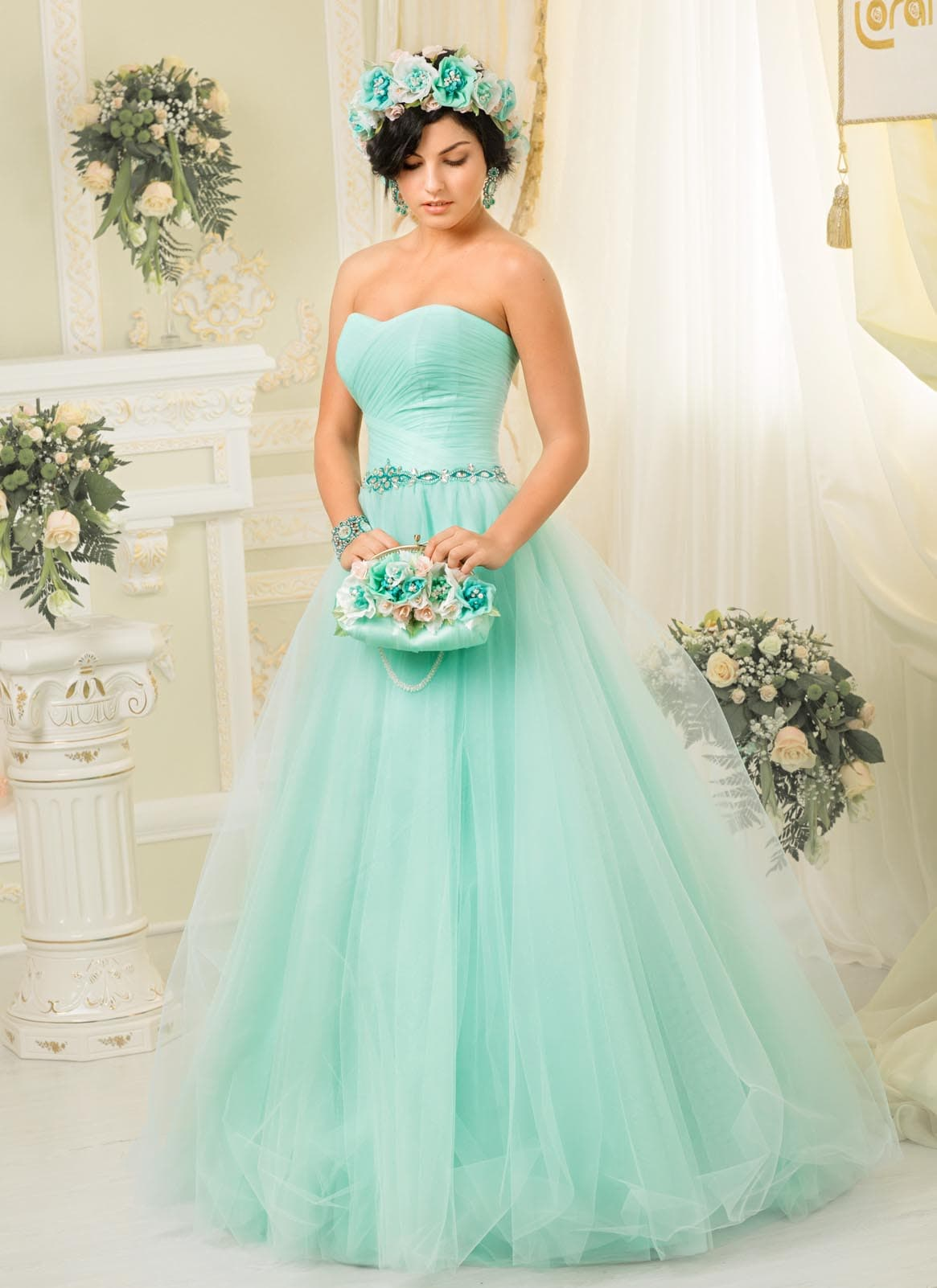 bd6f1575abe Необычное свадебное платье мятного цвета с открытым лифом в форме сердца и  пышной юбкой.