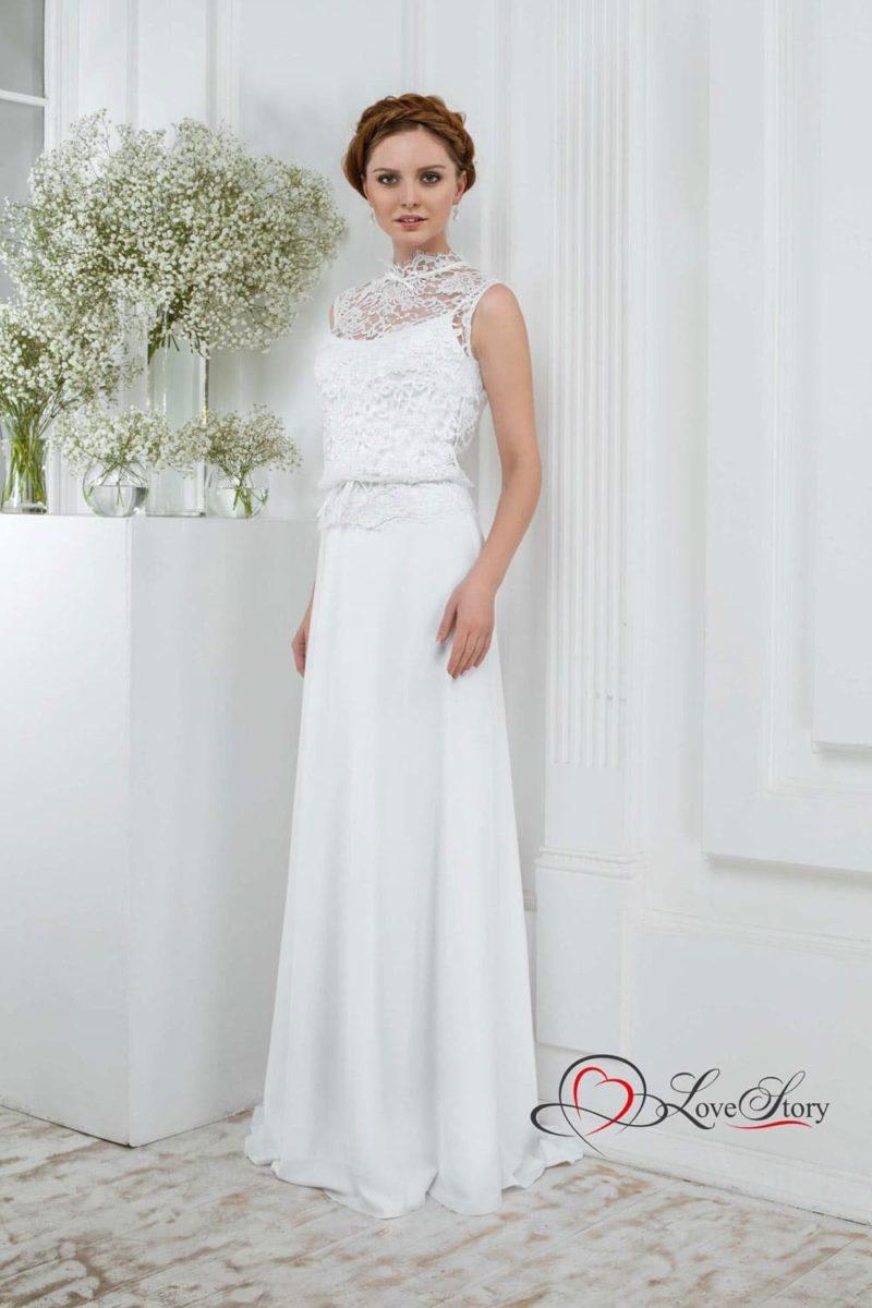 Свадебное платье с прямой юбкой и верхом, покрытым кружевной тканью.