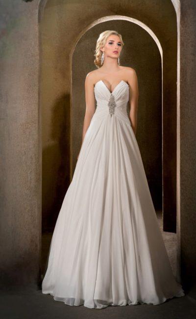 Оригинальное свадебное платье с драматичным открытым лифом и юбкой «принцесса».