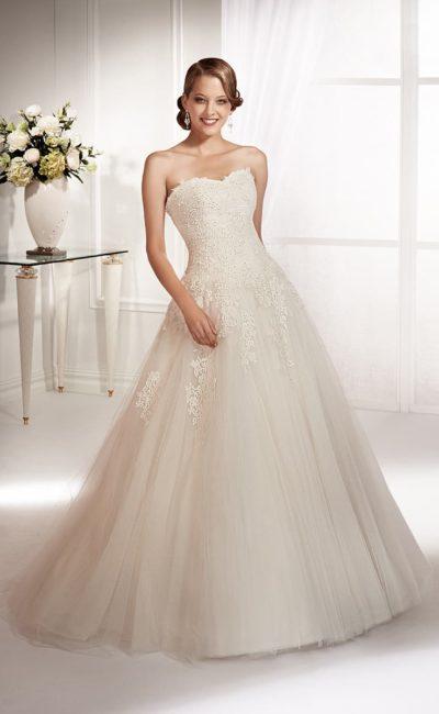 Изысканное свадебное платье с кружевной отделкой корсета и многослойным подолом.
