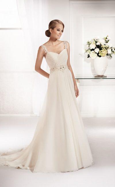 Прямое свадебное платье с драпировками на лифе и нежными кружевными бретельками.