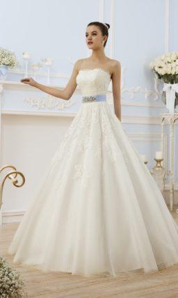 Свадебное платье с открытым лифом прямого кроя и атласным поясом голубого цвета на талии.
