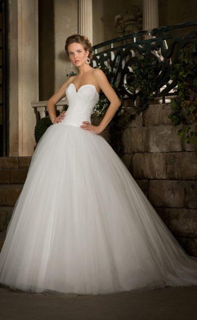 Торжественное свадебное платье с пышной юбкой и открытым корсетом с глубоким вырезом.