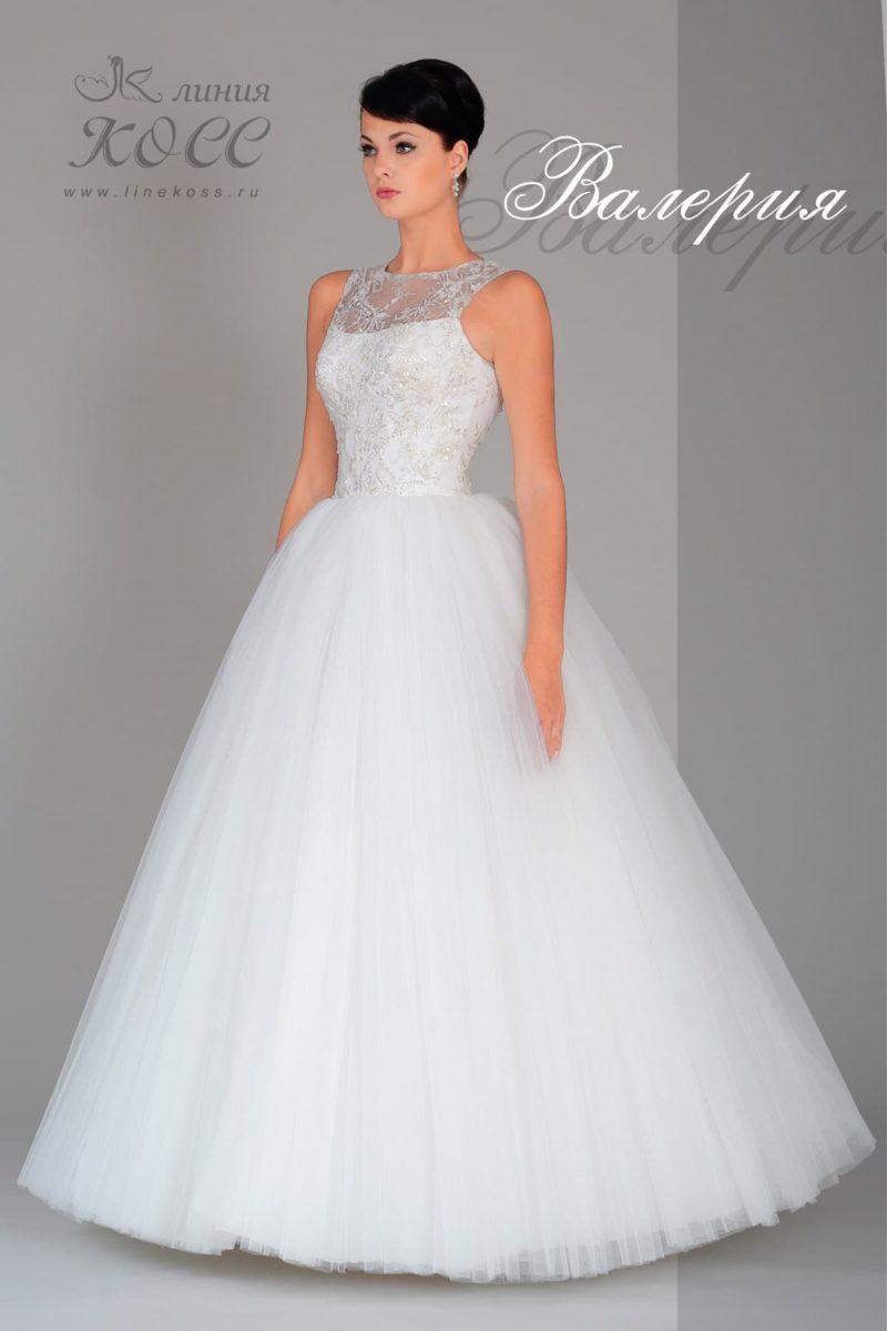 Пышное свадебное платье с тонким кружевом, покрывающим корсет.