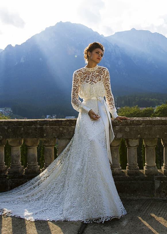 Свадебное платье с высоким воротником, длинными рукавами и широким атласным поясом.
