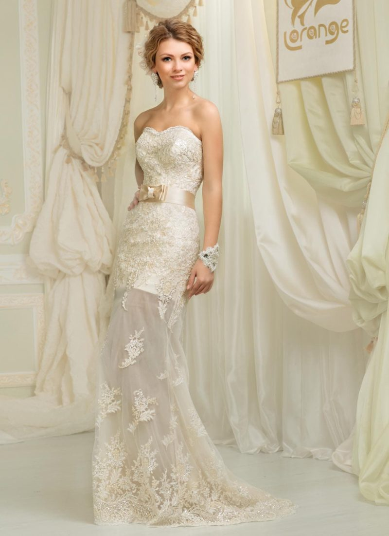Прямое свадебное платье с широким атласным поясом кремового цвета, украшенным бантом.