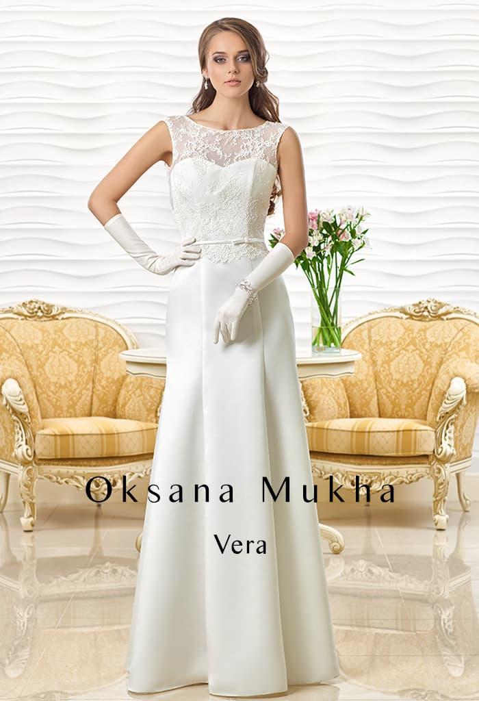 Прямое свадебное платье с кружевным верхом и узким поясом.