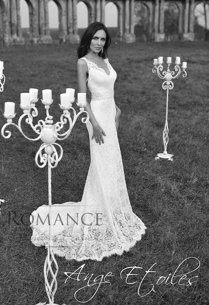 Кружевное свадебное платье прямого кроя с V-образным лифом.