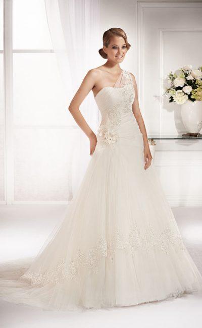 Нежное свадебное платье с асимметричным лифом и вышивкой, спускающейся по диагонали.