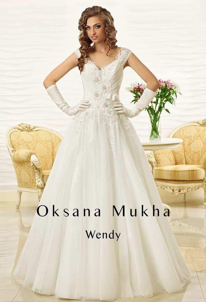 Пышное свадебное платье с объемным декором корсета и V-образным вырезом.