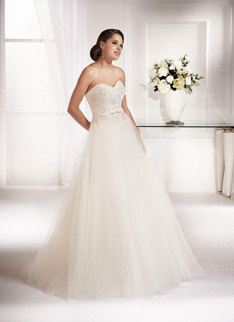 Элегантное свадебное платье с воздушной юбкой и бисерной вышивкой по корсету с лифом-сердечком.