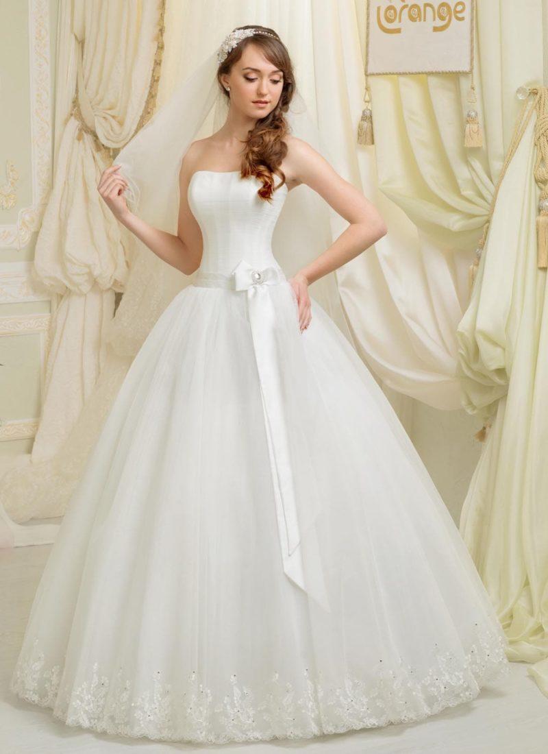 Открытое свадебное платье романтичного кроя с элегантным широким поясом, украшенным бантом.