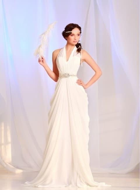 Прямое свадебное платье с V-образным вырезом и сияющим поясом.