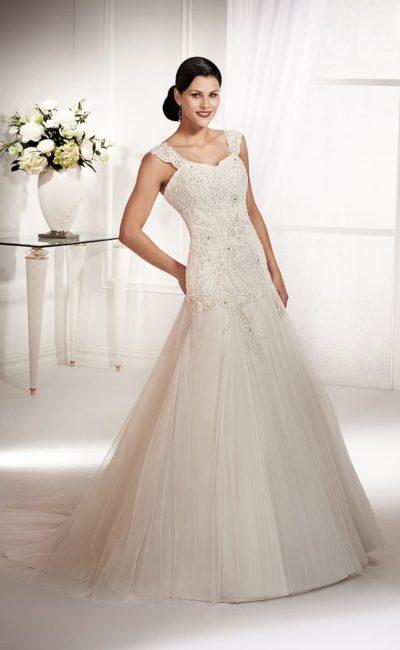 Свадебное платье с открытым лифом, дополненным широкими кружевными бретельками.