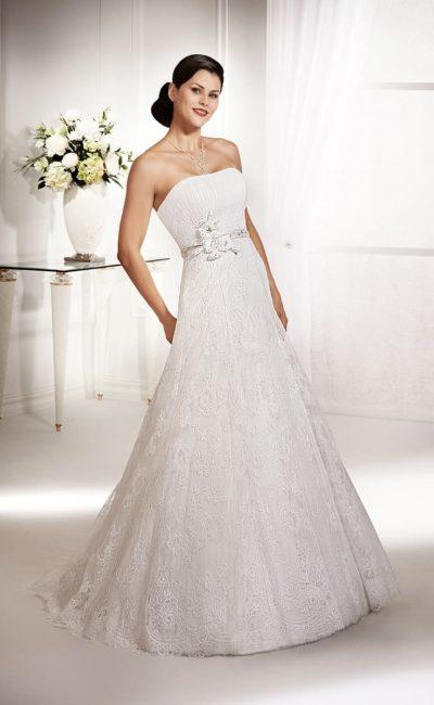 Свадебное платье «принцесса» с лаконичным открытым лифом и юбкой, покрытой кружевом.