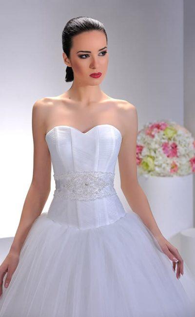 Пышное розовое свадебное платье с бисером на талии и цветочным декором бретелей.