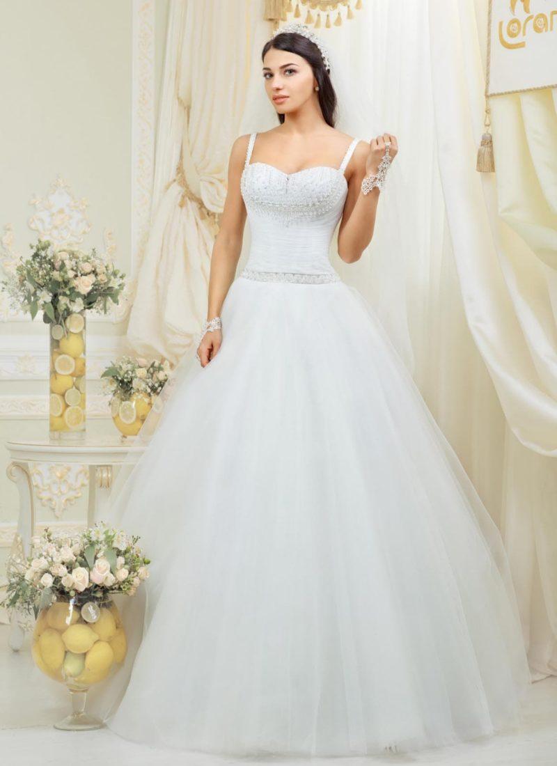 Свадебное платье «принцесса» с лифом в форме сердечка и узкими бретельками на плечах.