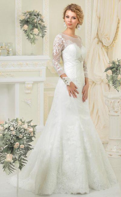 Свадебное платье «русалка» с полупрозрачными рукавами длиной в три четверти и кружевным декором.