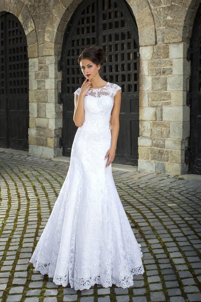 Роскошное свадебное платье с атласной подкладкой и кружевным декором по всей длине.