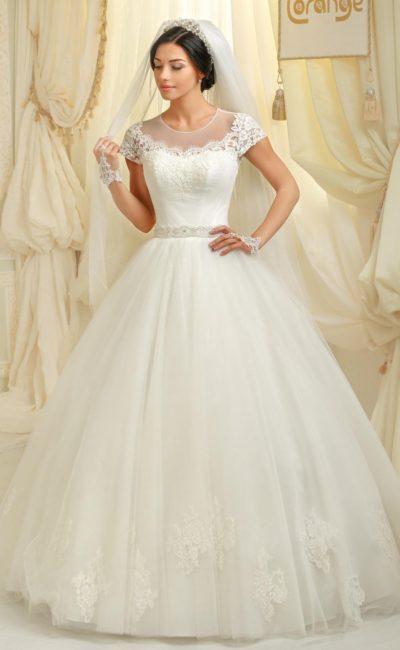 Пышное свадебное платье с полупрозрачным декором над лифом и короткими рукавами.