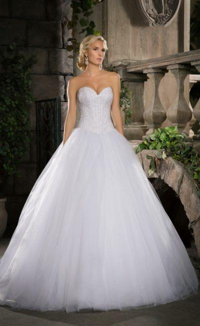 Роскошное свадебное платье с многослойным объемным низом и открытым корсетом, покрытым бисером.